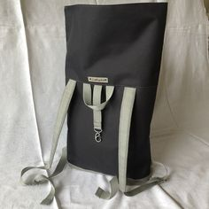 Rolltop-Rucksack Rolltop backpack The post Rolltop backpack appeared first on DIY. Diy Backpack, Backpack For Teens, Leather Backpack, Leather Bags Handmade, Handmade Bags, Diy Bags No Sew, Diy Handbag, Handbag Tutorial, Diy Couture