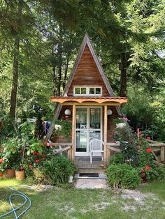She Sheds&; Are Women&;s Perfect Response To The Man Cave (Photos) &;She Sheds&; Are Women&;s Perfect Response To The Man Cave (Photos) Natalia Steiner Kleine Häuser Kontener &;She sheds&; such […] Homes Cottage green life A Frame Cabin, A Frame House, Deco Cool, Shed Decor, She Sheds, Cabins And Cottages, Tiny Cabins, Tiny House Living, Cottage House