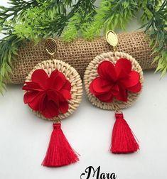 ABruxinhaCoisasGirasdaCarmita: Brincos com ar de Primavera Handmade Jewelry Bracelets, Tassel Jewelry, Fabric Jewelry, Jewelry Crafts, Bridal Earrings, Beaded Earrings, Crochet Earrings, Diy Yarn Decor, Rakhi Making