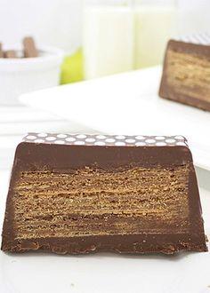 Você só precisa de chocolate e biscoitos wafer para fazer esta receita, que demora 20 minutos para ficar pronta e serve até quatro pessoas