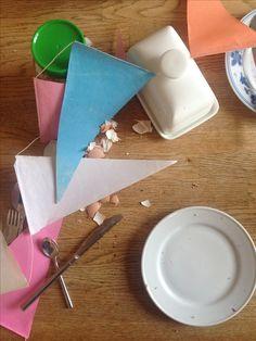 Willekeurige toevallige compositie van de tafel op de ochtend na het feest