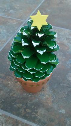Árbol de navidad con una piña pintada