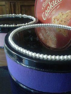 Riciclo shabby chic scatole in latta biscotti riverniciate nero lucido con applicazioni di perle e nastro gros-grain