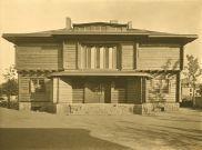 """""""La casa de Sommerfeld"""" fue la primera comisión que recibió Walter Gropius (1920) como director de la nueva escuela. Fue construida en Berlin-Dahlem por el constructor Adolf Sommerfeld. La expresiva casa de madera fue también el primer proyecto colectivo de la Bauhaus. Las aberturas y cerramientos fueron construidos con la colaboración de alumnos como Josef Albers, Marcel Breuer y Joost Schmidt."""