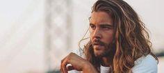 Συμβουλές ειδικών για το πώς να μακρύνει ένας άνδρας το μαλλί του