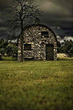 Um celeiro feito de pedras.