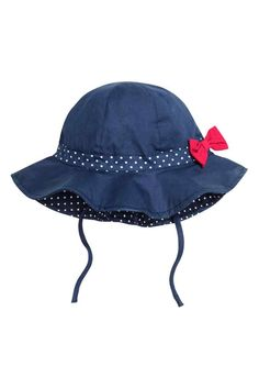 Sun hat in woven cotton fabric with a decorative bow at side and ties under chin. Toddler Sun Hat, Baby Sun Hat, Baby Girl Hats, Girl With Hat, My Baby Girl, Baby Girl Newborn, Hat Patterns To Sew, Baby Dress Patterns, Baby Hut