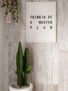 Tons claros, madeira e muitas ideias para aproveitar todos os espaços. Estilo rústico e aconchegante para decorar sua casa com estilo. Parede de madeira e cácto na decoração