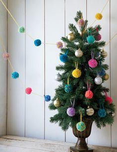 もう子どもの手芸じゃない! 毛糸のポンポンで、おしゃれなクリスマスリースやオーナメントを手づくりしよう