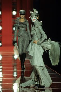 Christian Dior Fall 2000 Couture Fashion Show Details