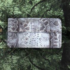 Choisissez la pochette en python Luxurious Gypsie et évadez vous avec élégance et originalité. Son atout : si fine, vous la glissez dans n'importe quel sac de voyage pour l'emporter partout avec vous. --> www.theshoppingsuite.com