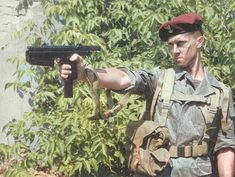 Polish paratrooper armed with a submachine gun. Military Gear, Military Weapons, Military Army, Military History, Afghanistan War, Iraq War, Warsaw Pact, Submachine Gun, Military Pictures