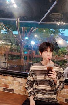 저도 이제 커피를 마셔요@.@  물론 시럽은 넣어요.  photo  by mom  #DOYOUNG #도영 #NCT127 #NCT