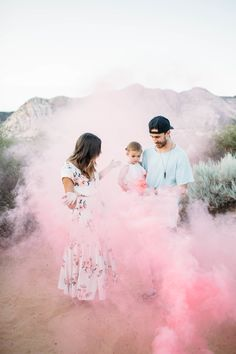 It's gonna be a girl! How nice, such a gender reveal party with a lot of color . Beach Gender Reveal, Gender Reveal Smoke Bomb, Gender Reveal Pictures, Baby Shower Gender Reveal, Baby Gender, Sibling Gender Reveal, Simple Gender Reveal, Gender Reveal Photography, Photo Rose