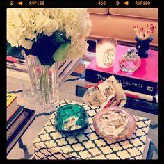 Noz-moscada Interiores: Livros na mesa de centro