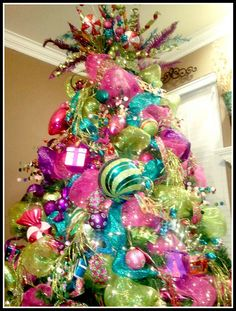 In a house with 3 human males and 2 canine ones, I'll never have a tree like this. But it's beautiful nonetheless.