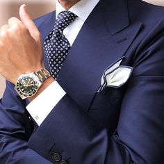 A Smart Navy Blue Suit always will remain in Style! Style Gentleman, Gentleman Mode, Dapper Gentleman, Sharp Dressed Man, Well Dressed Men, Mens Fashion Suits, Mens Suits, Man Fashion, Cooler Look