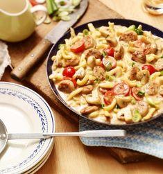 Knusprig: Bratwurst-Spätzle-Pfanne | maggi.de Maggi Fix, Pasta Salad, Macaroni And Cheese, Ethnic Recipes, Food, Pork Sirloin Recipes, Roasts, Meat, Quick Meals