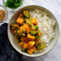 Orange and ginger glazed tofu is a quick and easy 30-minute weeknight meal. Crispy pan-fried tofu and fresh, crisp steamed broccoli in a sweet ginger-orange sauce. Vegan Dinner Recipes, Raw Food Recipes, Lunch Recipes, Beef Recipes, Vegetarian Recipes, Healthy Recipes, Orange Tofu Recipe, Orange Recipes, Vegan Main Dishes