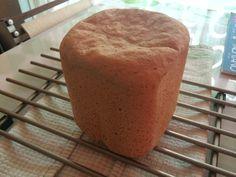 Basis Bruin brood uit de broodbakmachine. Recept: 355 ml lauw water 200 gram volkorenmeel 400 gram tarwebloem 7 gr. instant gist 10 gram zout 2 eetlepels olie Bakprogramma 4: 750 gram/korst licht Tijdsduur: 02:22 uur