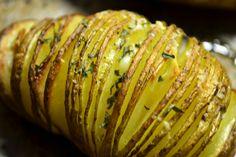 Oorspronkelijk uit Zwitserland en heerlijk als bijgerecht voor het diner: Hasselback potatoes, gekruide aardappels uit de oven. Hasselback Potatoes, Green Eggs, Nom Nom, Bbq, Good Food, Cooking Recipes, Menu, Vegetables, Healthy