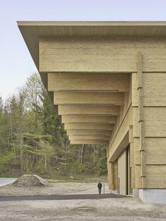 Interlocking timber planks form Workshop Andelfingen by Rossetti + Wyss Architekten Timber Architecture, Timber Buildings, Architecture Details, Arcade Architecture, Structure Wood, Timber Planks, Wood Facade, Workshop, Exterior