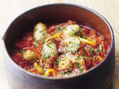 Basilikumnockerl in Tomaten-Paprika-Soße | http://eatsmarter.de/rezepte/basilikumnockerl-in-tomaten-paprika-sosse