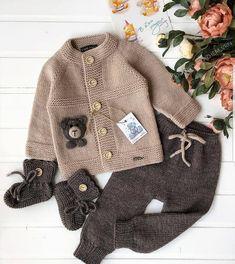 mutlu hafta sonları hanımlar... hem rengı hem mpdelı cok şık olan bu takımı ben begenerek sizlede paylaşmak istedim sizde degerlı begenılerinizi eksık... Knitted Baby Cardigan, Baby Pullover, Crochet Coat, Knitted Coat, Crochet Baby, Baby Boy Knitting, Baby Knitting Patterns, Baby Patterns, Pull Bebe