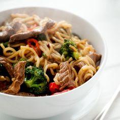 Reisnudeln mit Rindfleisch und Brokkoli  Lieben Sie Nudelgerichte? Dann sollten Sie unbedingt mal ein asiatisches Pfannengericht mit Reisnudeln ausprobieren. Das ist ein köstliches exotisches Geschmackserlebnis und dazu noch schnell zubereitet, denn die Reisnudeln sind wesentlich schneller gar als Spaghetti aus Hartweizengries.   http://einfach-schnell-gesund-kochen.de/reisnudeln-mit-rindfleisch-und-brokkoli/