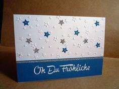 Hintergrund: Weißes Kartenpapier mit Prägeschablone prägen. Text aus weißem Kartenpapier mit Karten-Kunst Stanzschablone - Kleine Texte Oh Du Fröhliche stanzen und auf einen blauen Streifen Cardstock kleben. #CraftsToo #GlitterCardstock #Karten-Kunst Stanzschablone #Prägeschablone #Sterne #Karten-Kunst #kartenkunstshop #kartenbasteln #cardmaking #papercraft #kartendesign #stanzschablone #diecutting Big Shot, Blog, Cover, Diy, Paper, Homemade Cards, Die Cutting, Card Crafts, Stars