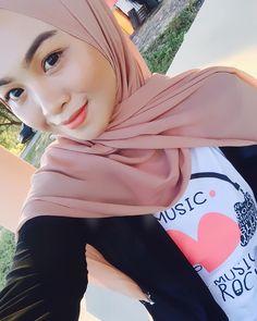 hijab square #modelhijaber Muslim Fashion, Hijab Fashion, Hijab Tutorial, Hijab Outfit, Glamour, Allah, Liberty, Outfits, Style