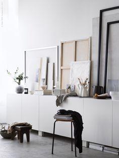 Låt DIY-konst vila på en stilren förvaringsmöbel av BESTÅ skåp så slipper du borra hål i väggen.