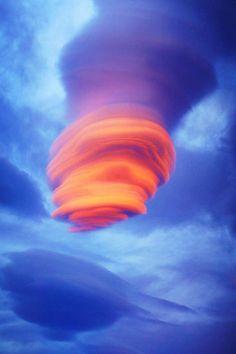 Uma bela formação e exemplo de nuvem lenticular sobre a área entre o Lago Kluane e Haines / Canadá.