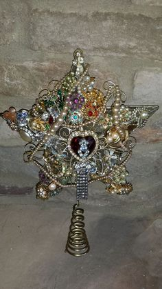 Christmas Ideas- One of a kind vintage jewelry tree topper. by victoria Christmas Ideas- One of a kind vintage jewelry tree topper. by victoria Happy Vintage Holiday JewChristmas MemoriesDetails about Huge Vintag Costume Jewelry Crafts, Vintage Jewelry Crafts, Vintage Jewellery, Victorian Jewelry, Antique Jewelry, Christmas Projects, Holiday Crafts, Christmas Ideas, Xmas