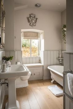 Luxury self-catering, dog-friendly barn conversion in the Cotswolds - Badezimmer und Wellness - Bathroom Towel House, House Bathroom, Country Bathroom, Home, Bathroom Styling, Bathroom Interior, Cottage Bathroom, Bathrooms Remodel, Beautiful Bathrooms