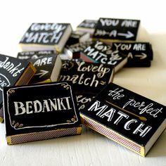 DIY Bedankjes voor bruiloft Verf doosjes lucifers met krijtbord verf en gebruik handlettering.