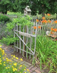 Tobacco stick fencing (love it). Thinking about building this one.