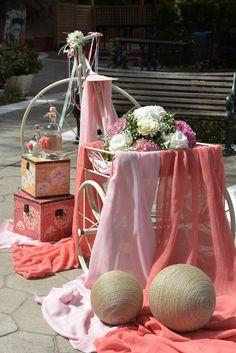 Vintage στολισμός βάπτισης για κορίτσι με ορτανσία ροζ και λευκή και ποδήλατο σιδερένιο  με κοραλί και ροζ γάζες και χειροποίητες μπάλες με κορδόνι σε φυσικό χρώμα.