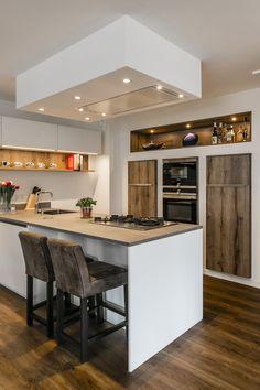 Moderne keuken met schiereiland. De kastenwand is ingebouwd, wat een zwevend effect geeft. Bekijk meer foto's op onze website! #schiereiland #keukenmeteiland #kookeiland #eilandkeuken #modernkookeiland #modernschiereiland #eilandaanmuur
