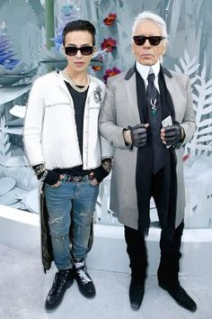 G-Dragon and Fashion Designer Karl Lagerfeld pose after the Chanel show as part of Paris Fashion Week Haute Couture Spring/Summer 2015 on January 2015 in Paris, France. Get premium, high resolution news photos at Getty Images Mens Fashion Week, Boy Fashion, Fashion Design, Paris Fashion, Karl Lagerfeld, Kpop, Chanel Instagram, G Dragon Fashion, G Dragon Top