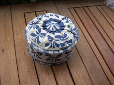 Boîte ronde en carton bois, gainée de tissu. Couvercle recouvert de tissu juponné. Réalisation personnelle