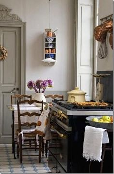 french kitchen style - Kitchens, Baths and Closets French Cottage, French Country House, Country Chic, Country Life, French Decor, French Country Decorating, Kitchen Dining, Kitchen Decor, Cozy Kitchen