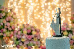 Foto por Dimensão Fotografia ❤ Lorrane & Odirlei em Vila Velha/ES. Decoração de casamento clássica + Amarelo e magenta, topo de bolo   Classic wedding + Yellow and magenta, cake top
