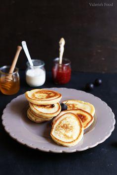 OLADI (CLĂTITE RUSEȘTI) I Rețetă + Video – Valerie's Food Oladi Recipe, Bread And Pastries, Sweet Recipes, Sweet Tooth, Pancakes, Sweets, Baking, Breakfast, Desserts