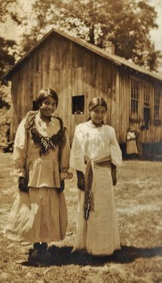 Mary Long and Annie Conseen in front of the Snowbird Cherokee Indian School in Graham County, North Carolina - Cherokee - 1934 Native American Proverb, Native American Cherokee, Cherokee Woman, Native American Images, Cherokee Nation, Native American Beauty, Native American Tribes, Native American History, Cherokee Indians