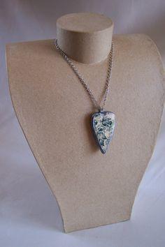 Pendentif coeur en porcelaine recyclée et pâte polymère blanc bleu et argent de la boutique OthersJewels sur Etsy