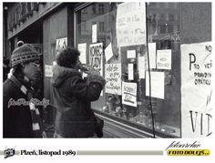Sametová revoluce v Plzni.Náměstí republiky, výlohy. Foto Pavel Dolejš.
