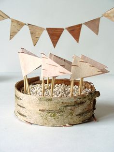 Eco-friendly birch bark cake toppers and confetti for a woodland wedding | The Natural Wedding Company