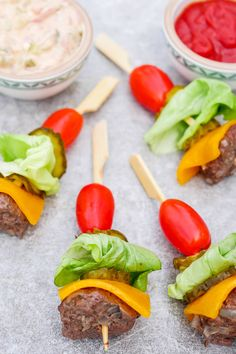 Schnelle Low Carb Burger-Spieße mit Hackbällchen, Cheddar, Tomaten un… Advertising. Fast low carb burger skewers with meatballs, cheddar cheese, tomatoes and cucumbers – a quick and healthy finger food recipe – a food palate friend Healthy Finger Foods, Party Finger Foods, Snacks Für Party, Appetizers For Party, Low Carb Burger, Summer Grilling Recipes, Summer Recipes, Fast Low Carb, Chicken Salad With Apples