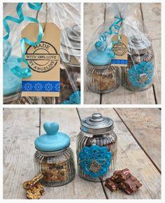 Vul leuke potten(Action) als kado met eigen gemaakte haverrepen/fudge(recept zie op mijn blog)als kado...kun je haken,haak dan een onderzetter en bevestig die op een pot met hobbylijm/touw en een leuke decoratie et voila